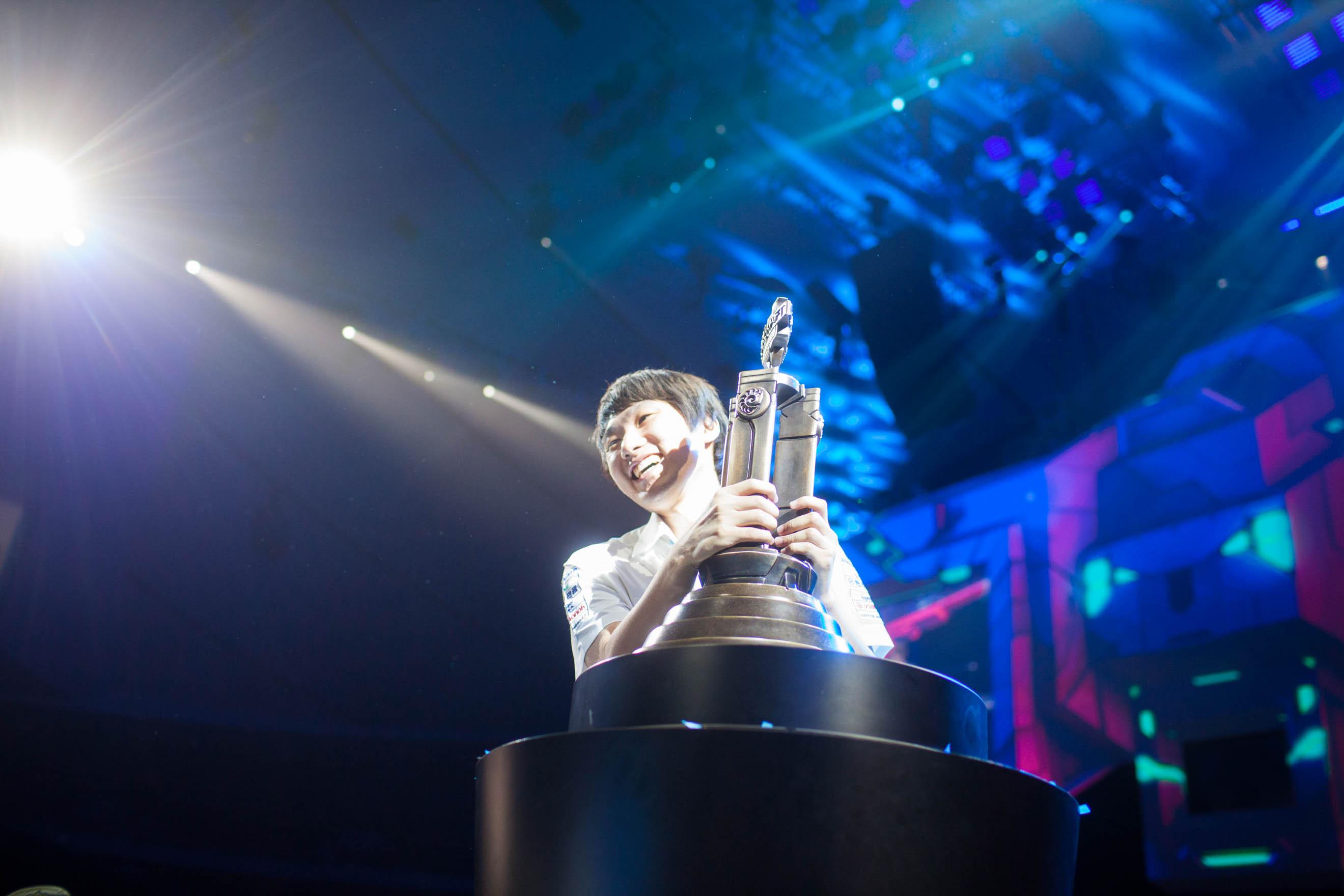 SoS struggling to lift his winner's trophy.