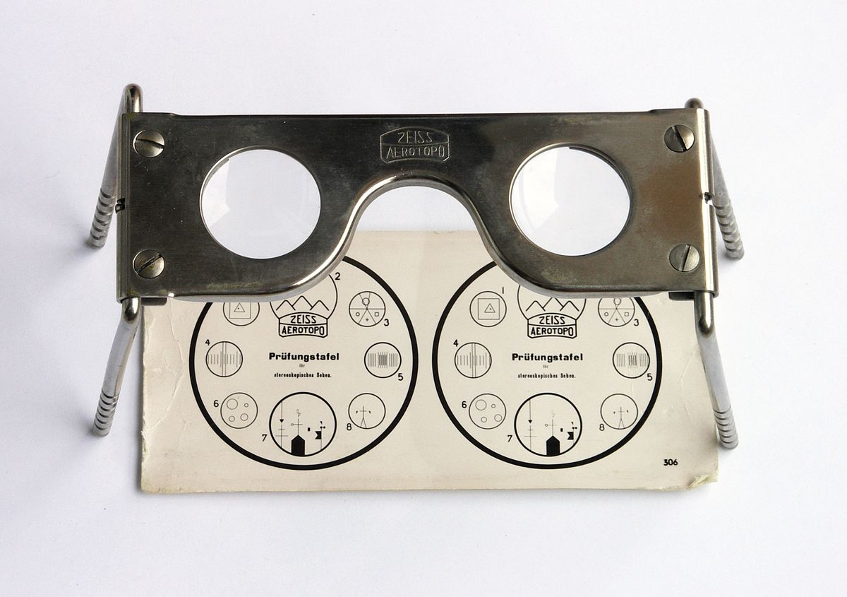 A Zeiss stereoscope, probably from the 1950s.