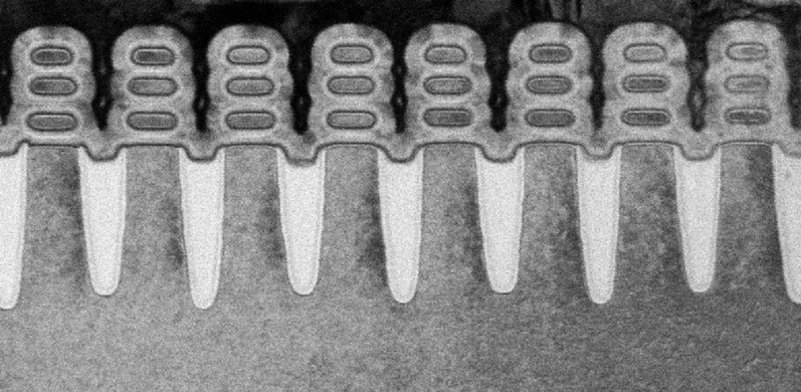 A side-on shot of the completed gate-all-around transistors. Each transistor consists of three nanosheets stacked on top of each other, with the gate material all around them.