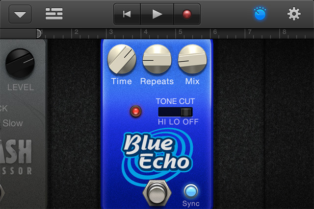 To tweak the knobs, the view zooms in on pedals by hitting the knob button or double-tapping.