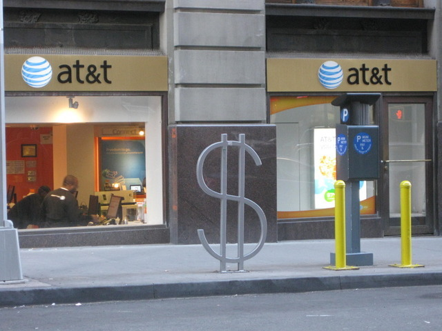 AT&T says it won't back down on T-Mobile acquisition